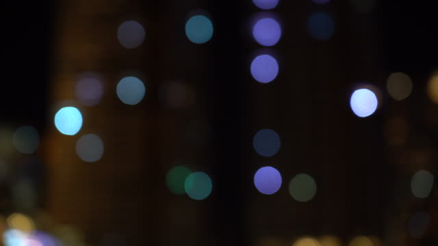 vídeos de stock e filmes b-roll de 4k footage scene of blurred defocused city shining and blinking light presenting at night time with bokeh background, celebrating with happy new year and party concept - papel de parede