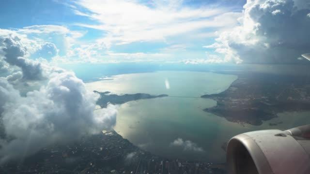 vidéos et rushes de scène de métrage 4k de regarder par la fenêtre voir la montagne vue magnifique et voir de vol d'avion dans le ciel à travers les nuages, voyage et le concept de transport - hublot