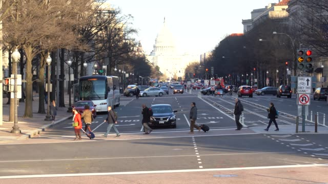 vídeos de stock e filmes b-roll de 4k footage scene of the united states capitol building with pedestrian and traffic road in rush hour, pennsylvania, capitol hill, washington, d.c., usa, landmark and architecture concept - washington dc