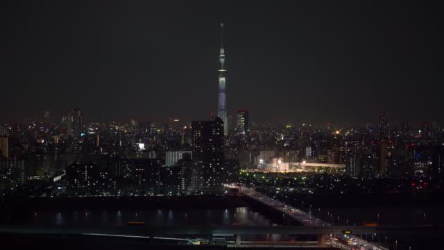 4k footage szene von tokyo skytree lokal mit verschiedenen gebäude stadtbild und verkehrsstraßenkreuzung in der hauptverkehrszeit in der nacht, japan, stadtbild und transport konzept - beleuchtungstechnik stock-videos und b-roll-filmmaterial