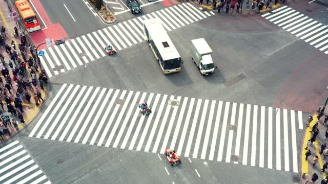 ラッシュアワーの交通道路の交差点の4k 映像シーンと、東京都渋谷区の通りを歩く群集歩行者。日本文化・商店街構想 - 駅点の映像素材/bロール