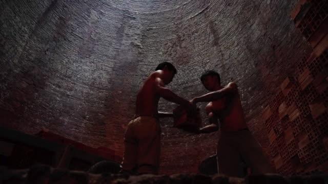 4 k filmmaterial szene der arbeitnehmer transportieren und laden von ziegeln in seite des ofens bei mang thit land der ziegel, provinz vinh long, vietnam, kultur und constructeur konzept - ziegel stock-videos und b-roll-filmmaterial