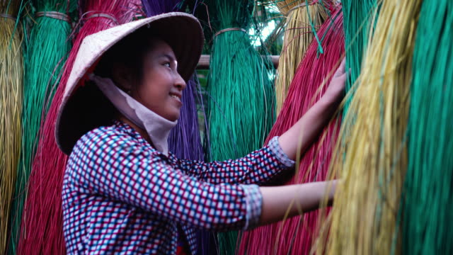 4k footage scene side of vietnamese female craftsman drying and making traditional vietnam mats in the old village at dinh yen, dong thap, vietnam, tradition artist concept - weaving stock videos & royalty-free footage