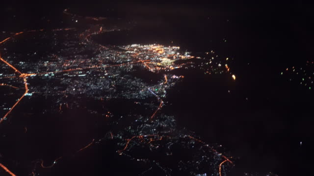 vídeos de stock e filmes b-roll de 4k footage scene top view of airplane flying over the city at night after take off from the airport, travel and transportation concept - remover
