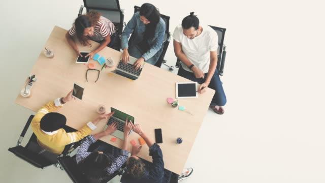 vidéos et rushes de 4 k images scène vue de dessus d'asie et les gens d'affaires multiethnique avec costume décontracté en collaboration avec tablette et ordinateur portable dans le lieu de travail moderne créative, concept de groupe commercial personnes - dessus
