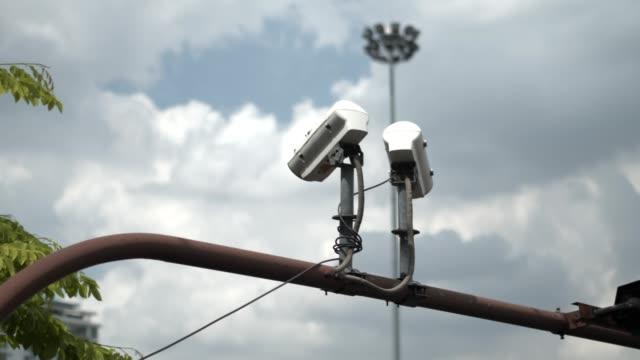 vidéos et rushes de 4k images, caméra de circuit fermé (cctv) sur la colonne pour vérifier la circulation dans la ville. - caméscope