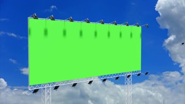 vidéos et rushes de 4k images, panneau d'affichage vide avec l'écran vert chromakey sur le nuage de laps de temps et le ciel bleu. concept de panneau d'affichage de publicité. - panneau commercial