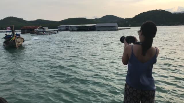 4 k: いかだ夕暮れカメラを持つ少女