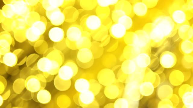 vídeos de stock, filmes e b-roll de 4 luzes de fundo ouro de bokeh k de uma árvore de natal - presente de natal