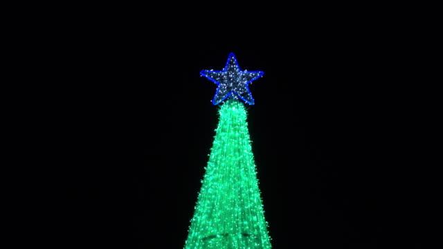 vídeos y material grabado en eventos de stock de 4 k, luz verde decoración de navidad - parpadear