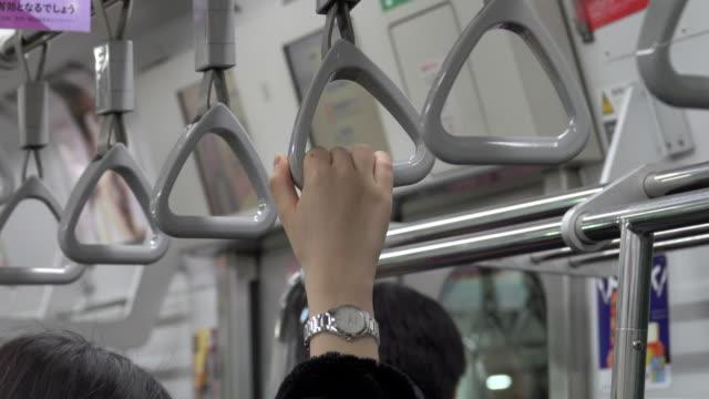 4 k: 地下鉄列車の旅しながらハンドルを握って手 - 通勤点の映像素材/bロール