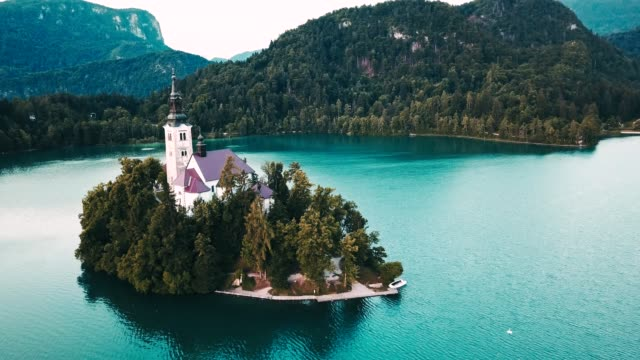 vídeos de stock e filmes b-roll de 4k helicopter view of the bled lake in slovenia - eslovénia