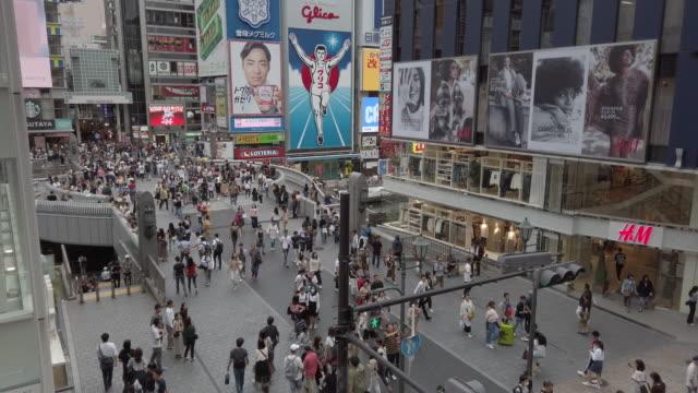 4k高角度ビューチルトダウン。道頓堀、大阪、日本を歩く人々。 - 民間人点の映像素材/bロール