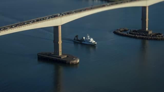4 k Hyperlapse ビデオボート橋の下で通過