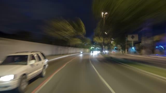 vídeos de stock, filmes e b-roll de vídeo de hyperlapse 4k-carro no tráfego da cidade da noite - avenida