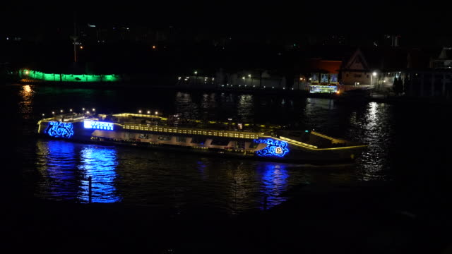 4k illunimated cruise ships and party boats sailing on the chao phraya river in bangkok thailand. - チャオプラヤ川点の映像素材/bロール