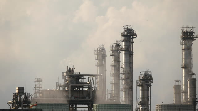 4k: Industrie-Heizkessel Öl-Raffinerie-Anlage arbeiten