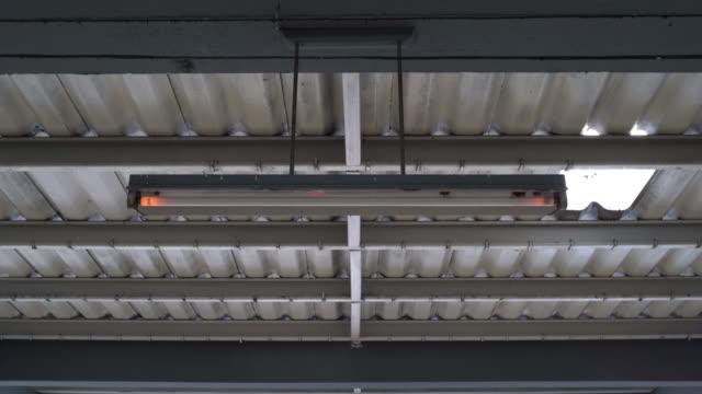 4k led glühbirne flicker - led leuchtmittel stock-videos und b-roll-filmmaterial