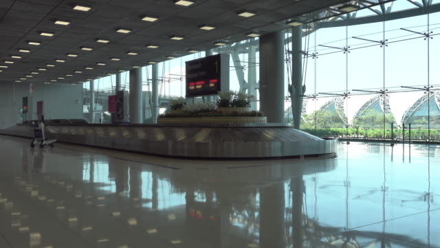 4k: luggage on baggage claim in the airport - baggage claim stock videos and b-roll footage