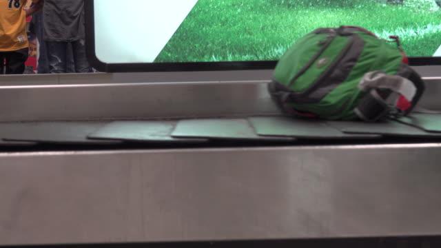 vídeos y material grabado en eventos de stock de 4k: equipaje en la cinta transportadora de equipaje en el aeropuerto - cinta transportadora