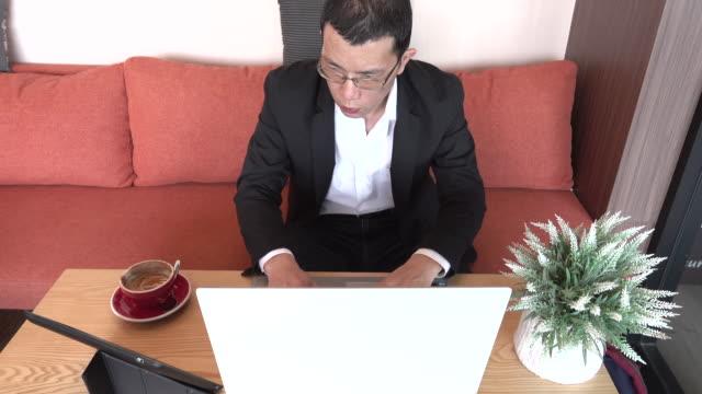 4 k: 男はデジタル タブレットとノートを使用して - 30代点の映像素材/bロール