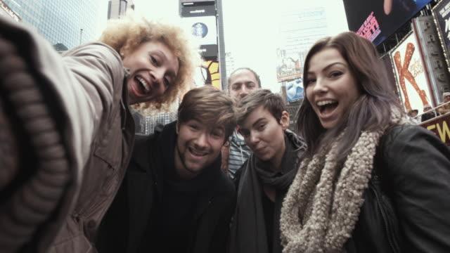 4 k montage-freunde selfie time square new york - boyfriend stock-videos und b-roll-filmmaterial