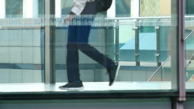 vídeos de stock, filmes e b-roll de 4k movimento de empresários e passageiros na zona do edifício de escritórios, londres, inglaterra - fachada