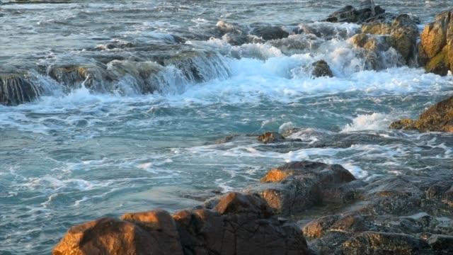 4 película k del maravilloso paisaje marino en el Parque Nacional de Nui Chua, Ninh Thuan, Vietnam, ondas en la gran roca y hacen increíble caída en Rai colgar en amanecer, paisaje en la playa de Vietnam, lugar de la obra maestra para viajar