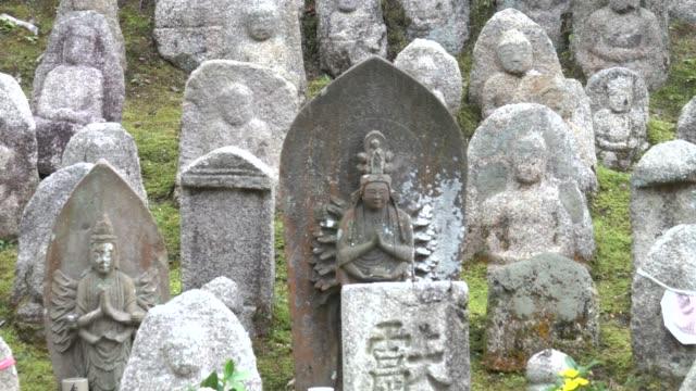 4 k: 神社で複数の仏像 - 胡坐点の映像素材/bロール