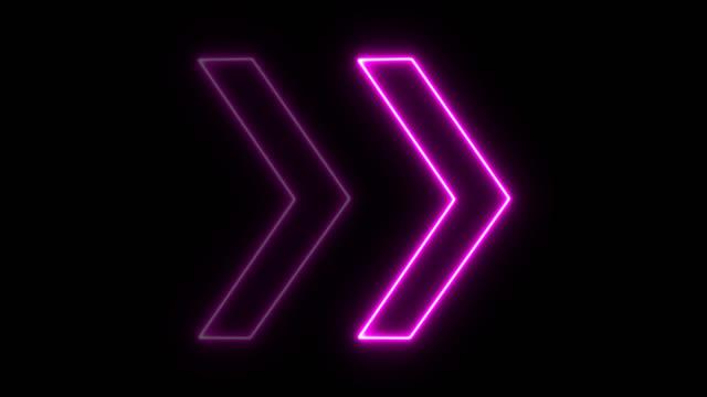 4k neon rosa licht pfeil richtung auf schwarz blackgroud - arrow symbol stock-videos und b-roll-filmmaterial