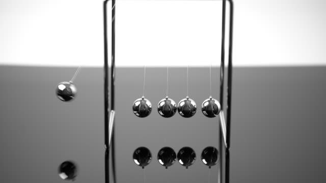 stockvideo's en b-roll-footage met 4 k newton cradle balancing ballen, bedrijfsconcept in studio - slinger van newton