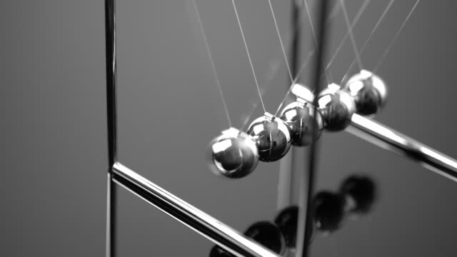 4k newtons cradle balancing balls, business concept in studio - gravitational field stock videos & royalty-free footage