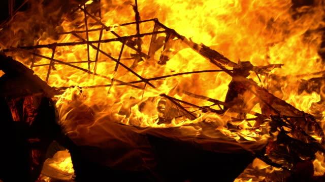 4k papper brinnande i kinesiska begravningsceremoni. - släcka bildbanksvideor och videomaterial från bakom kulisserna