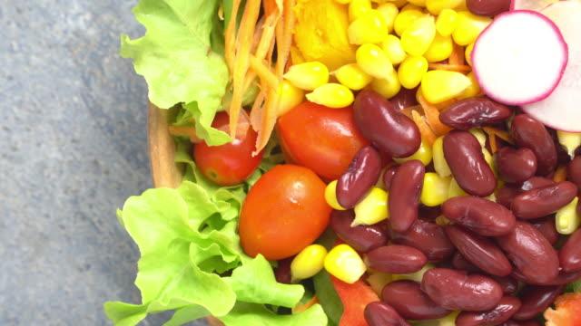 回転または回すサラダ ボウルの 4 k。 - 野菜 とうもろこし点の映像素材/bロール