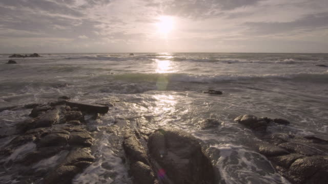 vídeos de stock, filmes e b-roll de 4k de pedra com pôr do sol e a praia do mar. - high dynamic range imaging