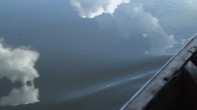 vídeos de stock, filmes e b-roll de 4k de vista lateral do barco na água. - passear sem destino