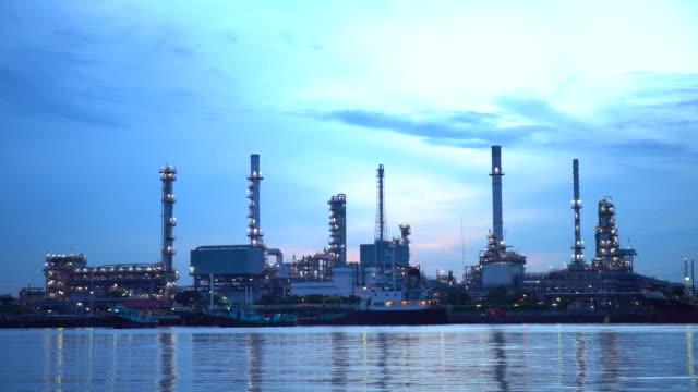 vidéos et rushes de raffinerie de pétrole de 4 k - usine pétrochimique au lever du soleil avec la réflexion - gaz naturel