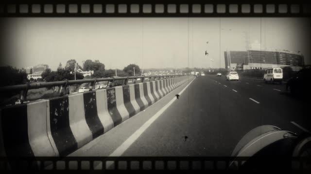 stockvideo's en b-roll-footage met 4 k oude film effect: time lapse van delhi snelweg in de ochtend - scooter