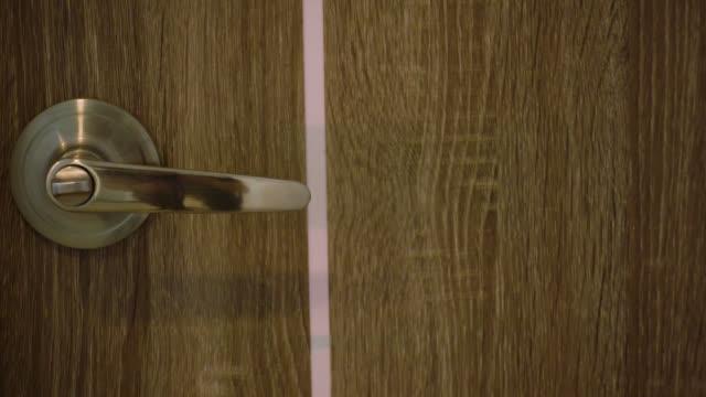 vídeos de stock, filmes e b-roll de tiro de pan 4 k de maçaneta na porta de madeira - mystery