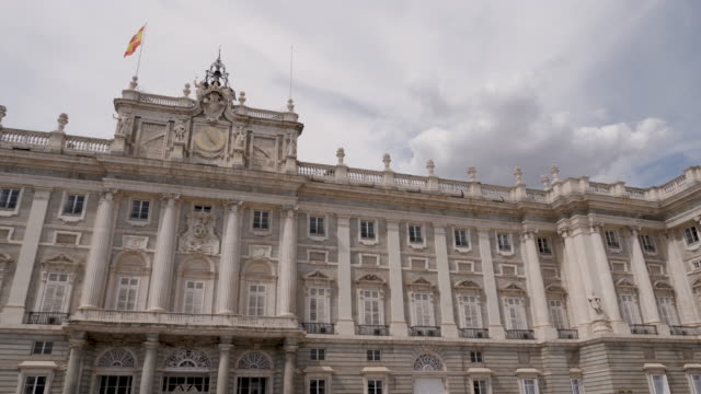 vídeos de stock e filmes b-roll de 4k panning view of royal palace of madrid architecture and facade. bright sunny conditions - palace