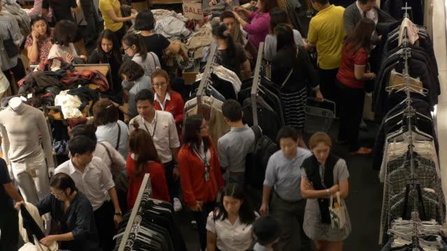 vídeos de stock, filmes e b-roll de 4 mil pessoas para comprar roupas em fazer compras centro comercial - sales occupation