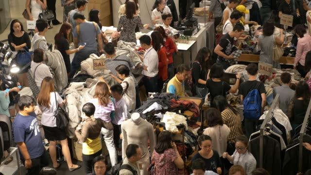 4 k personen einkaufen für kleidung im einkaufszentrum - verkaufen stock-videos und b-roll-filmmaterial