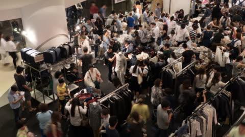 vídeos y material grabado en eventos de stock de 4 k personas de compras para la ropa en el centro comercial de compras - rebajas
