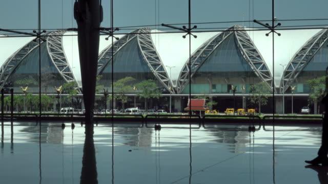 4k: mensen silhouet op de luchthaven reizen met Bagage