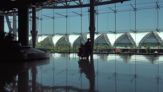 4 k: 荷物を空港旅行で人々 のシルエット