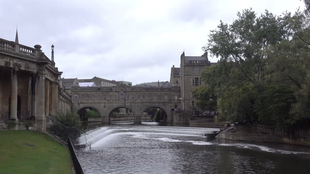 4k : pulteney bridge river avon in bath, england - bridge built structure stock videos & royalty-free footage