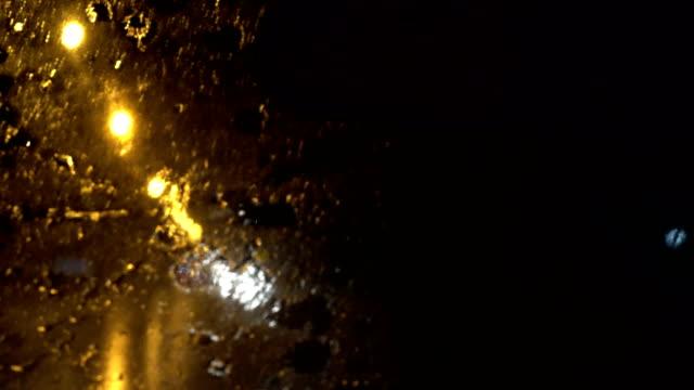 4k regen druppels op voorruit bij nacht