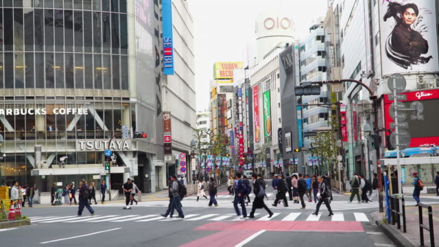 stockvideo's en b-roll-footage met 4k real-time: shibuya overstekende in tokio, japan. - shibuya shibuya station