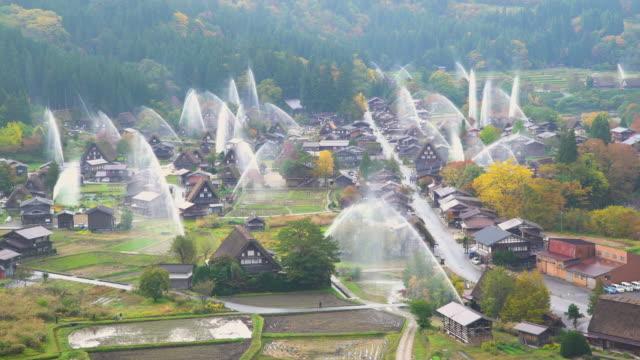 vídeos y material grabado en eventos de stock de 4k en tiempo real: descarga agua perfore en shirakawago, gifu, japón. - equipos de riego