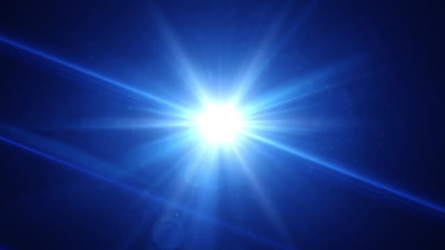 vídeos de stock e filmes b-roll de 4k realistic blue lens flare transition light effect , beautiful rays of light over black background - holofote